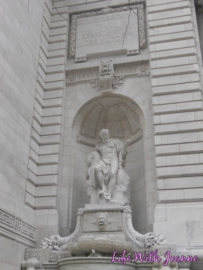 NY Public Library statue outside